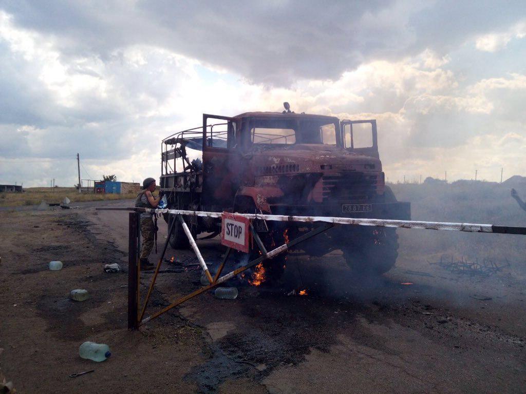 Под обстрел попал грузовик, сопровождавшийглаву Донецкой ОГА / фото Telegram-канал WarJournal