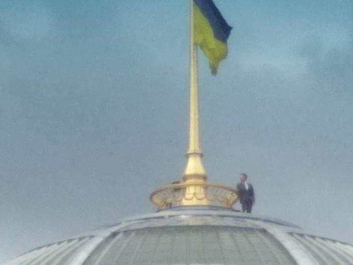 Мужчина в костюме опирается на поручень на куполе парламента / фото: Михаил Голуб/Facebook