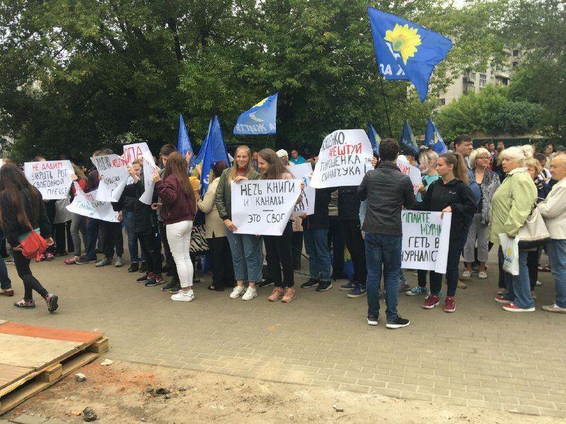 Студенты и пенсионеры от Медведчука-Бойко пришли поддержать NewsOne / фото ТСН.uа