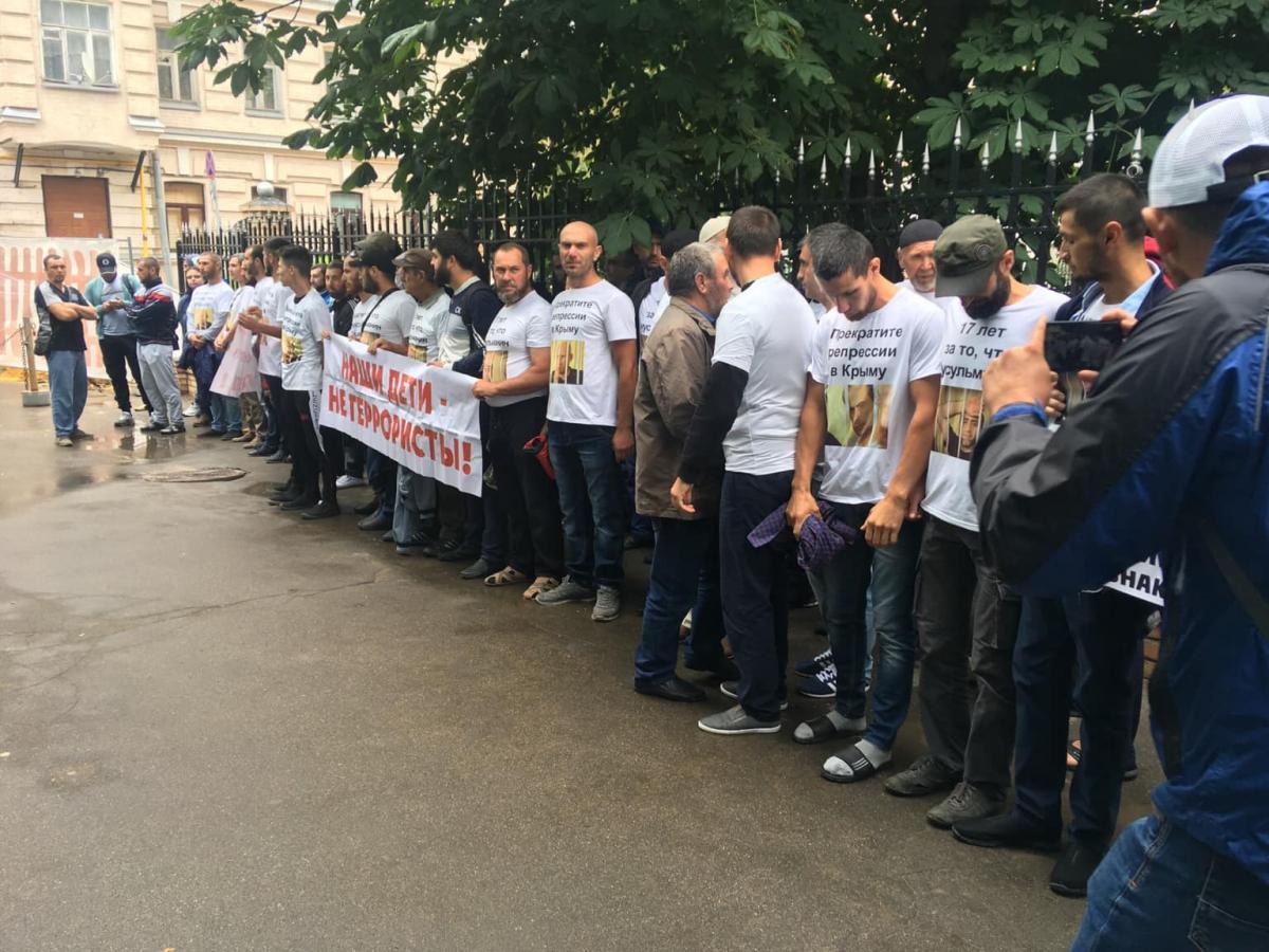 11 июля крымские татарыприехали выразить свой протест в связи с незаконными арестами /фото facebook.com/crimeansolidarity