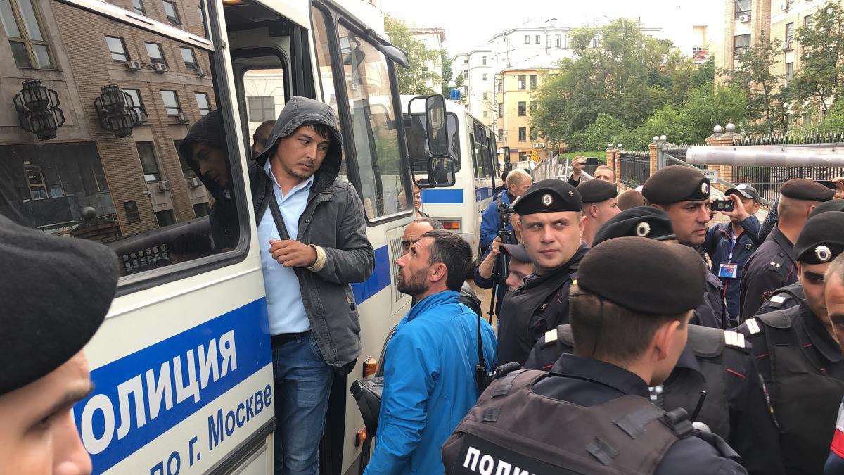 Задержанных везут в ОВД Мещанского района Москвы/ фото: Роман Цимбалюк