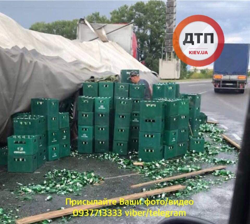 """Около Борисполя произошло """"пивное"""" ДТП / фото dtp.kiev.ua"""