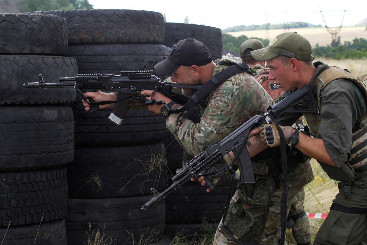 Боевики на Донбассе открыли огонь из стрелкового оружия / фото REUTERS