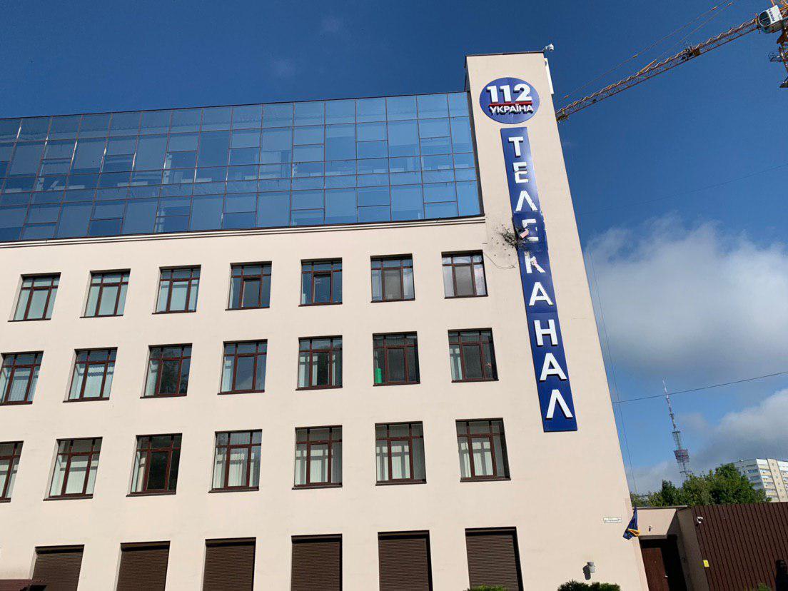"""Будівлю телеканалу """"112 Україна"""" обстріляли з гранатомета / фото 112.ua"""