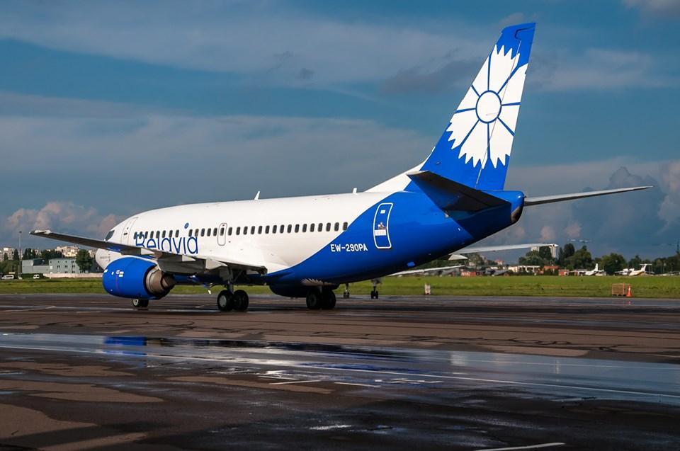 Літак Мінськ-Київ викотився за межі злітно-посадкової смуги в полі / фото facebook/airportkiev