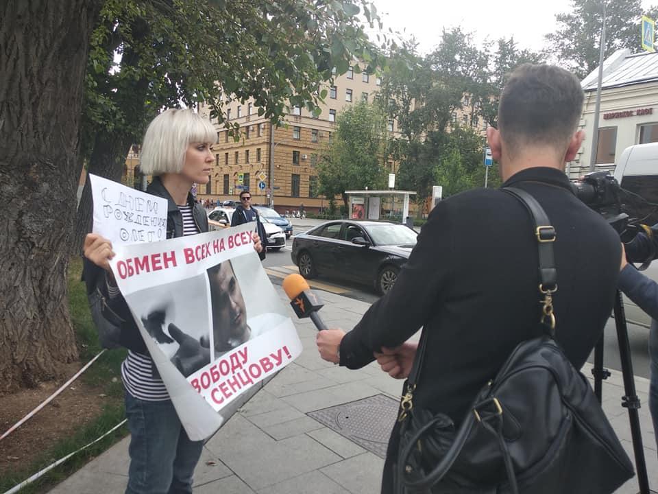 Активисты держали плакаты: «Обмен всех на всех – свободу Олегу Сенцову» / фото facebook/groups