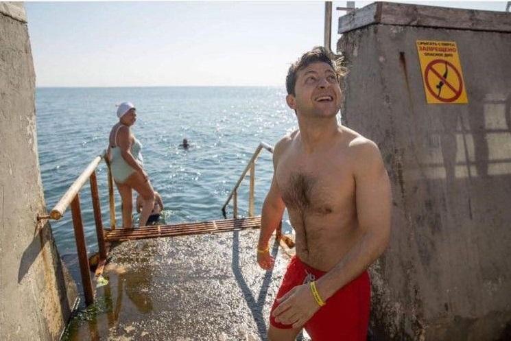 Глава государства решил проверить температуру воды  / Фото: Facebook/ Kirill Timoshenko