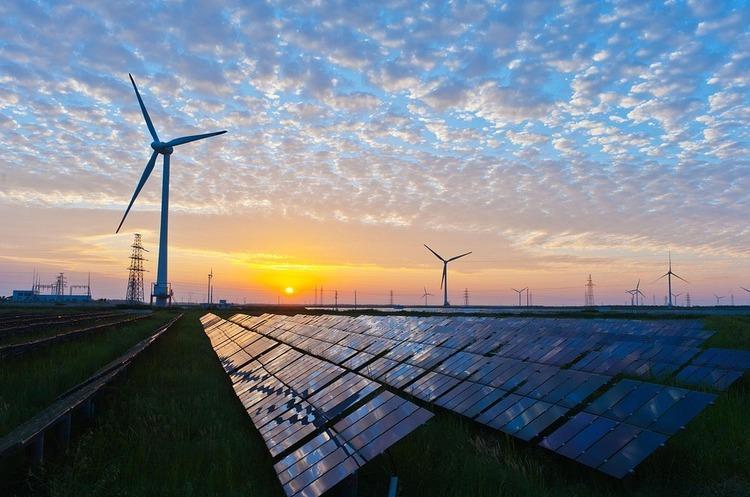 Країни продовжують будувати нові вітряні турбіни та сонячні електростанції, але набагато повільніше / фото pixabay.com