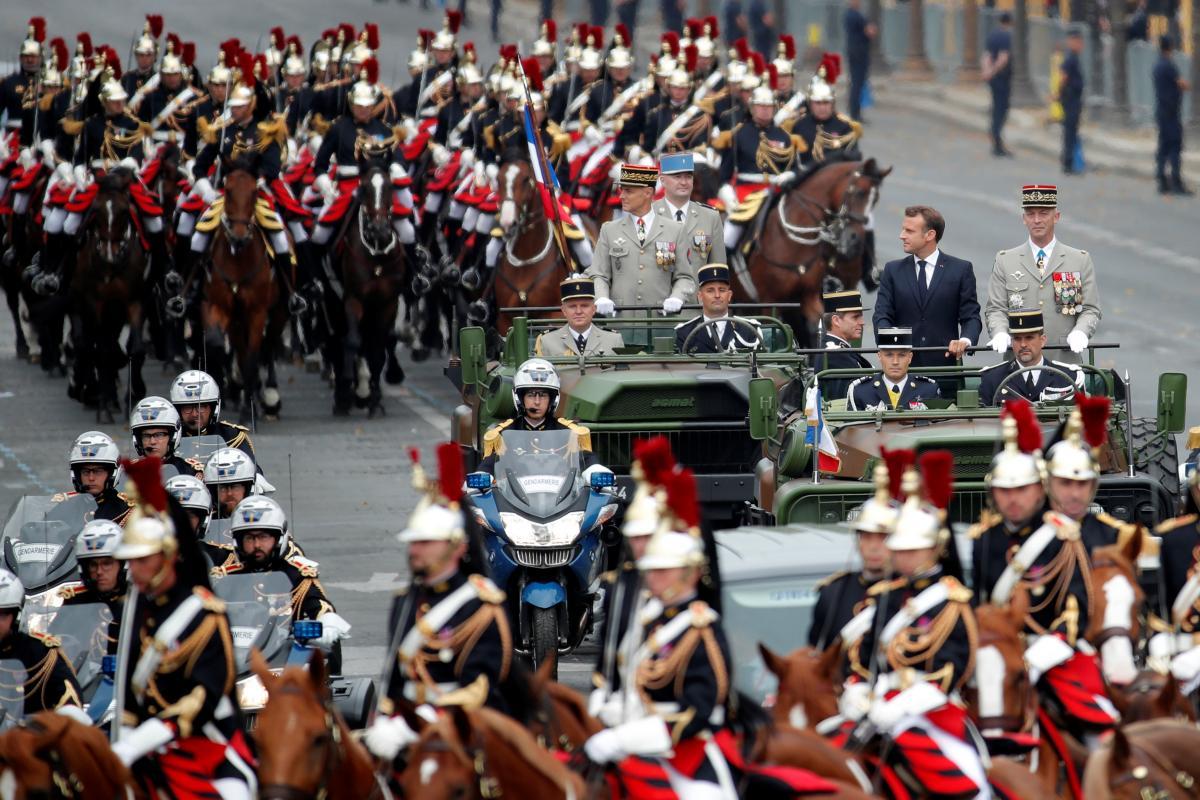 Парад в Париже / REUTERS