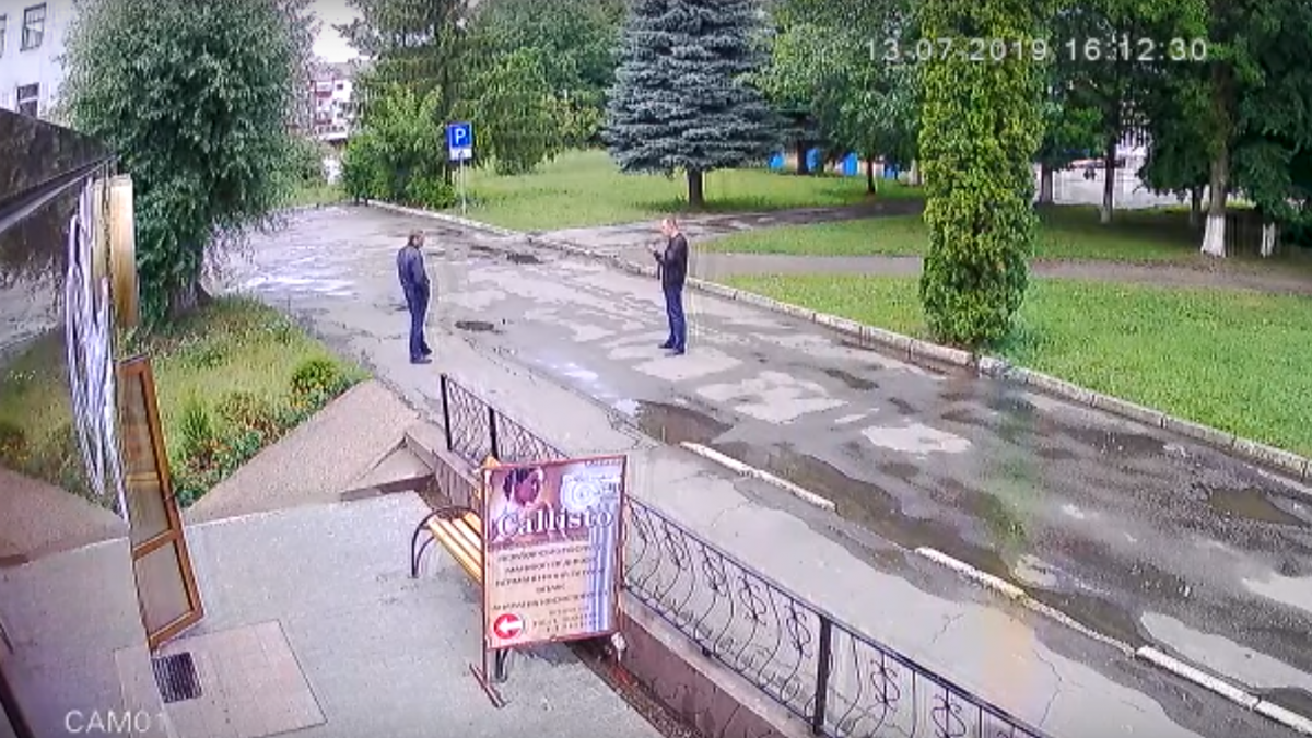 """К Алексею подошли двое мужчин, которые представились """"представителями криминального мира"""" / скриншот"""