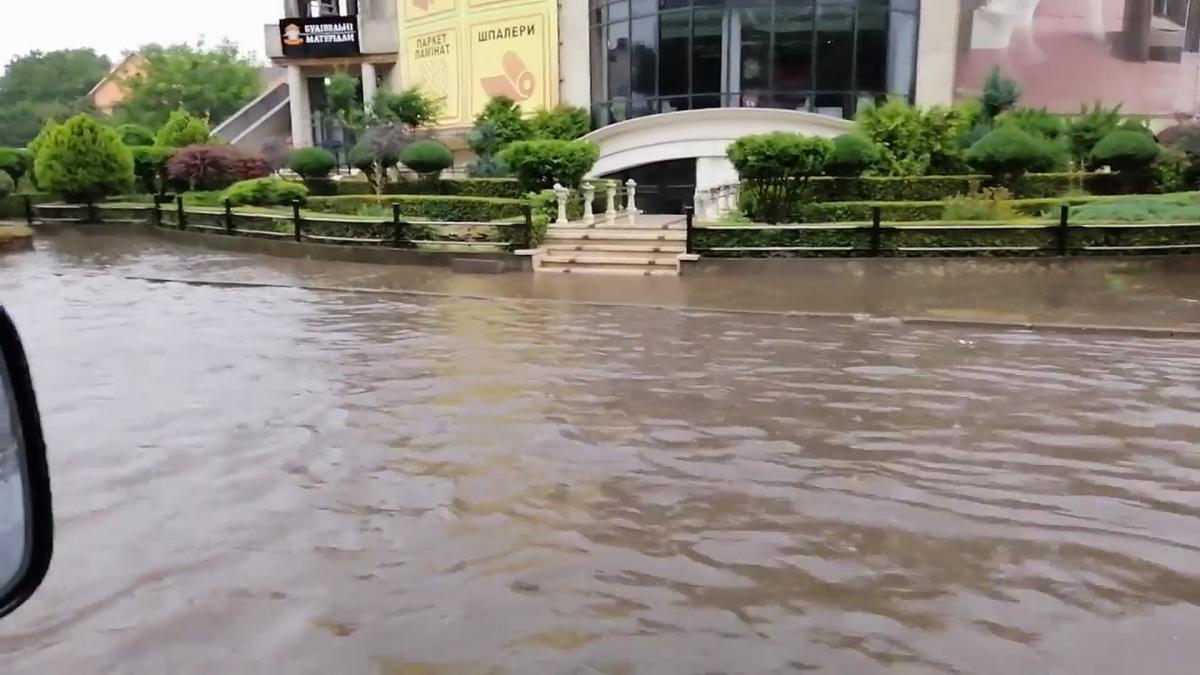Ряд улиц в центральной части города затоплены дождем / скриншот