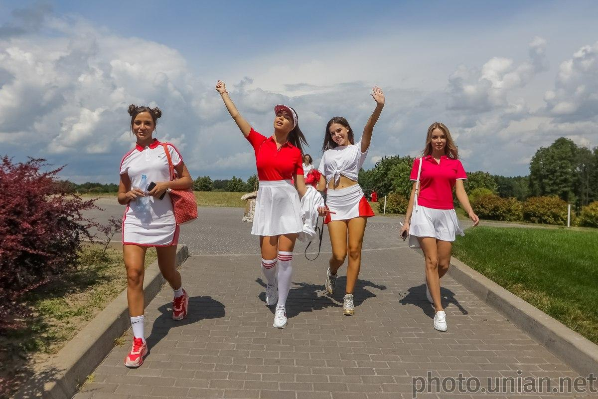 """В борьбе за звание """"Мисс Украина"""" девушки сыграли в гольф / фото УНИАН"""