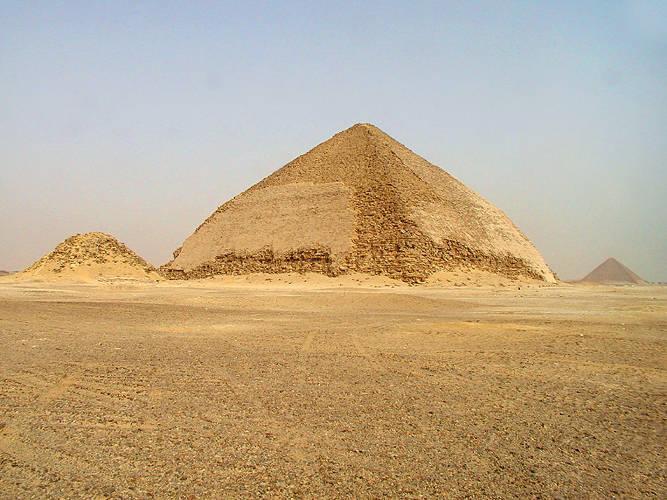 Ломаная пирамида и ее пирамида-спутник / Фото wikipedia.org/Jon Bodsworth - www.egyptarchive.co.uk