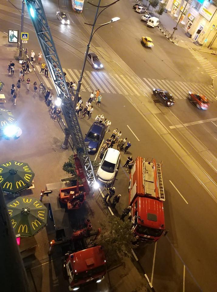 В Харькове девушкам пришлось забраться на большую высоту ради спасения / фото соцсети