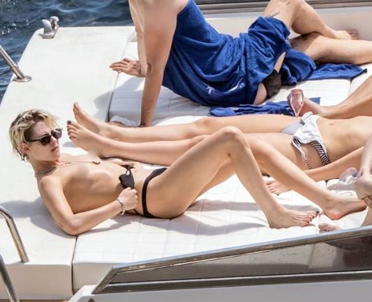 Кристен Стюарт отдыхает на яхте у берегов Италии / redcarpetmood