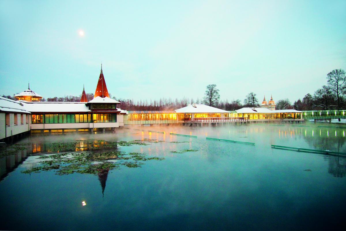 Озеро в Хевізіне замерзає навіть взимку / Фото www.heviz.hu/ru