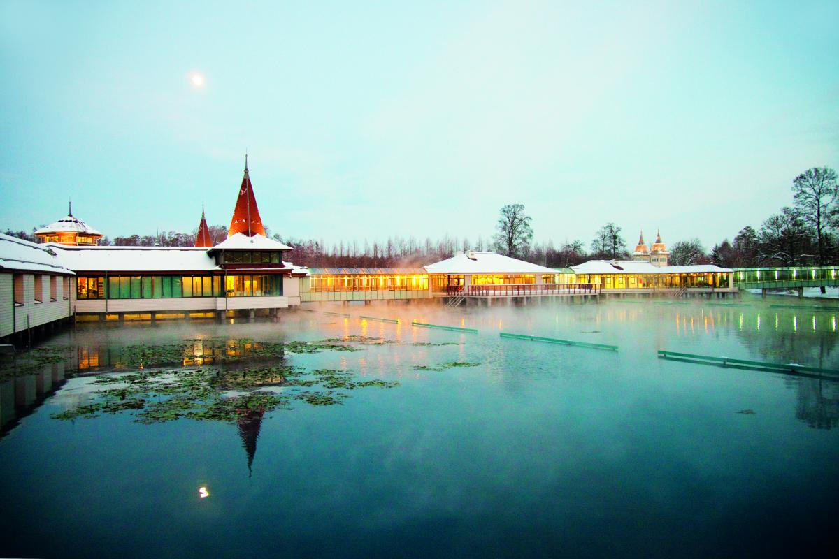 Озеро в Хевизе не замерзает даже зимой / Фото www.heviz.hu/ru