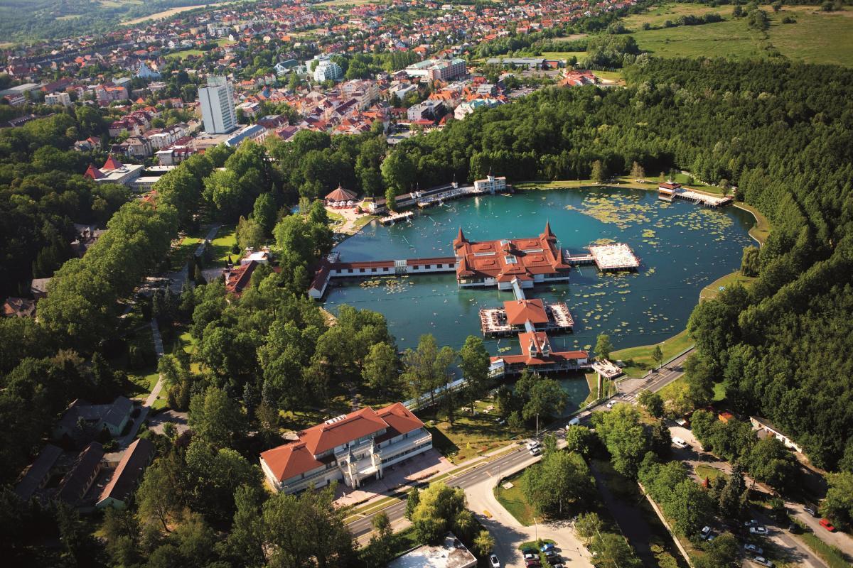 Місто-курорт Хевіз славиться уникальним термальним озером / Фото www.heviz.hu/ru