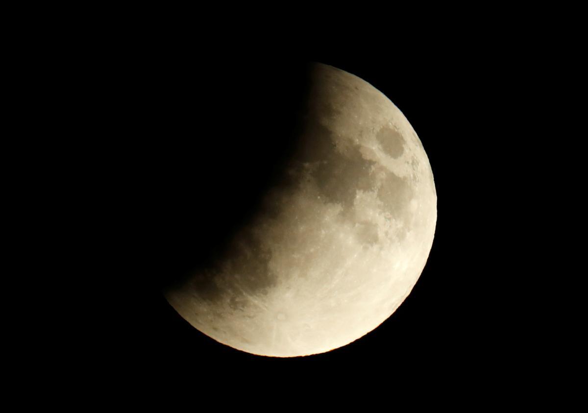 В рамкахпрограммы планируется высадить на поверхность Луны первую женщину / фото REUTERS