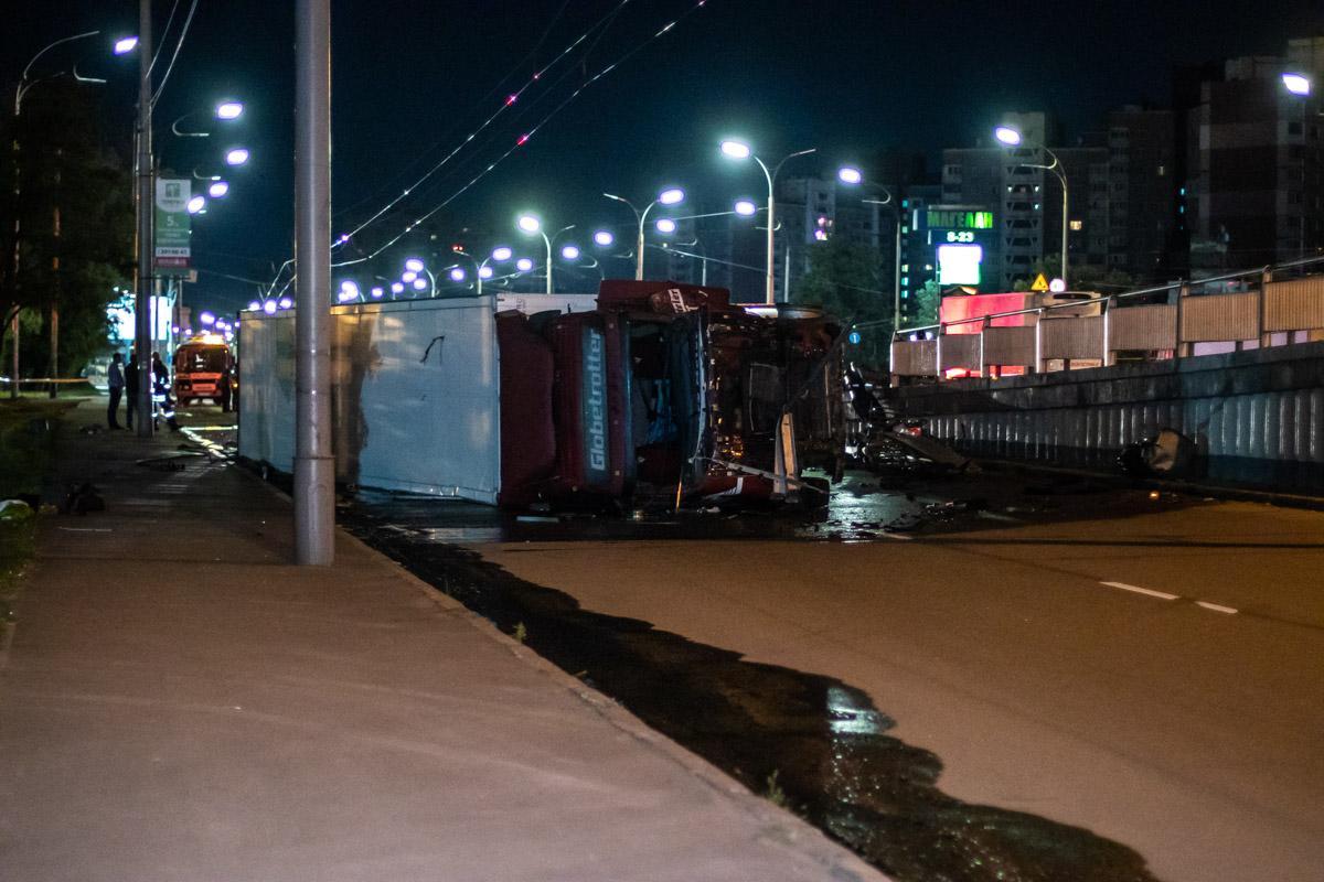 В Киеве фура слетела с моста / фото Дмитрий Щерблюк / Информатор