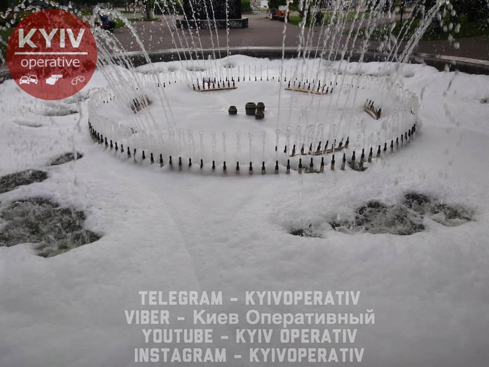 У Києві почав пінитися фонтан / фото Оперативний Київ