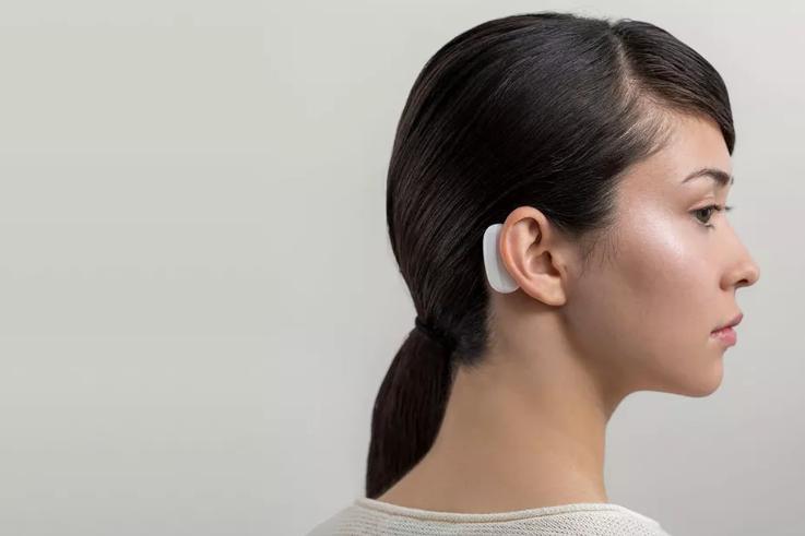 Устройство с аккумулятором планируют располагать за ухом человека / фото Neuralink/theverge.com