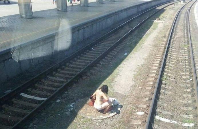 Полуголая женщина мылась на железнодорожных путях / соцсети