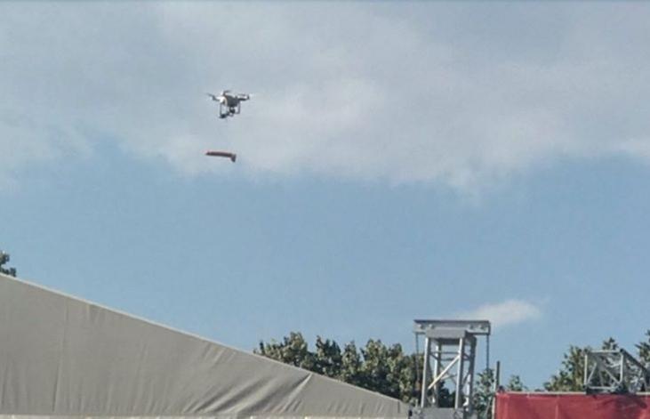 В Одессенеизвестные скинули с дрона фаллоимитатор на сцену агитационного концерта / фото соцсети