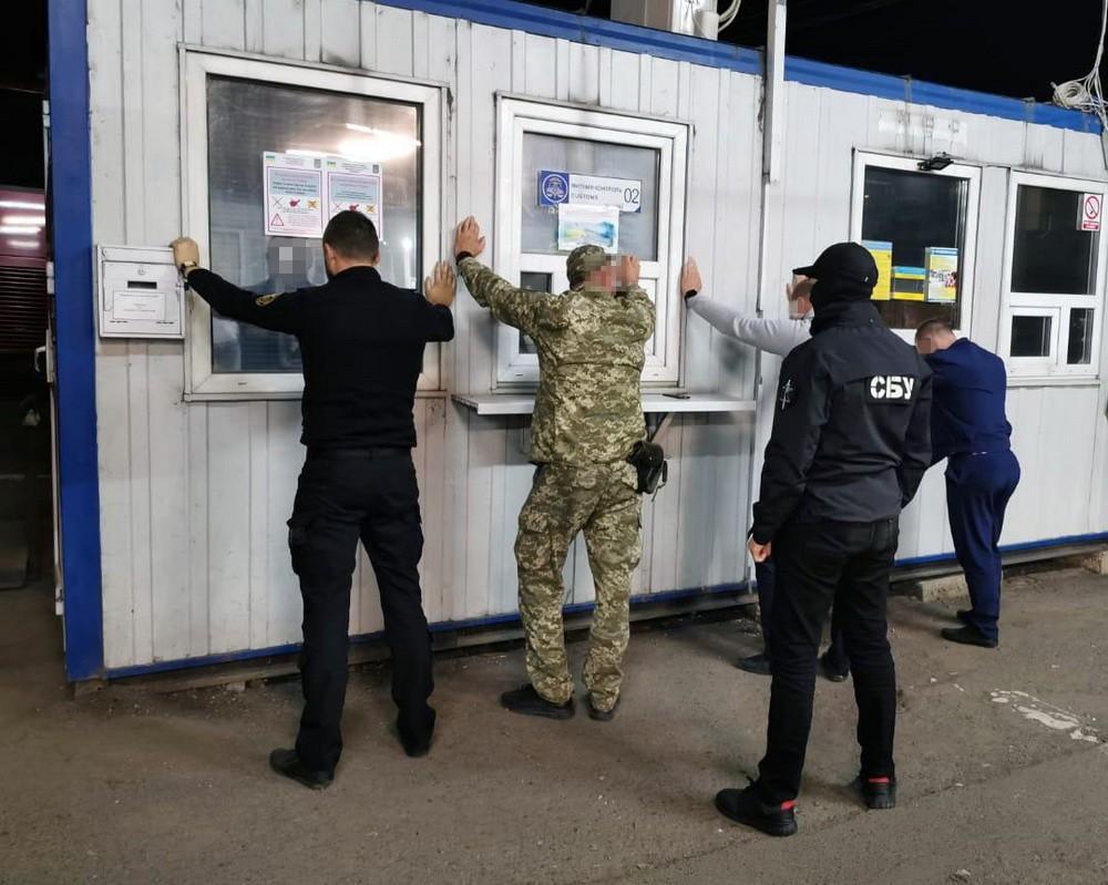 В Закарпатье СБУ разоблачила должностных лиц таможни на систематическом вымогательстве денег у граждан, въезжающих в Украину / Фото: пресс-служба СБУ