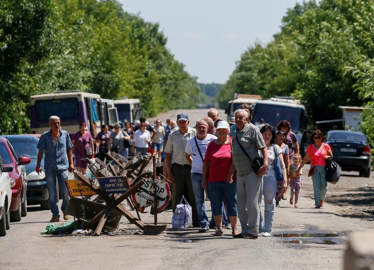 Тысячи украинцев ежедневно стоят в очередях, чтобы пересечь КПВВ на Донбассе / REUTERS