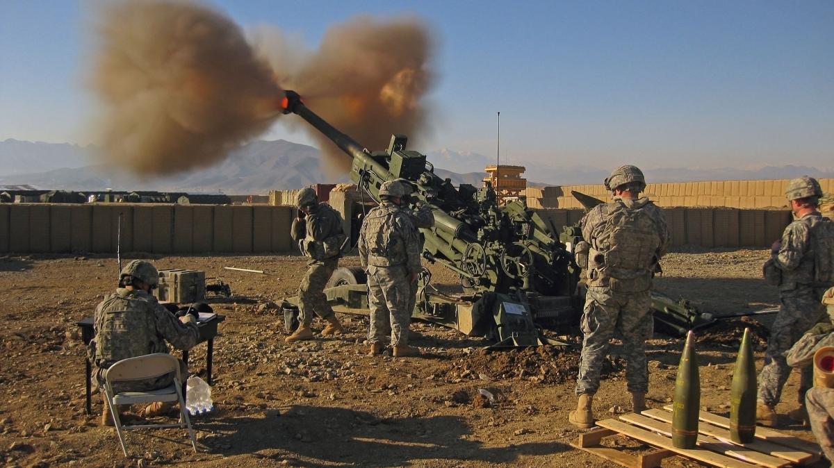 Американские артиллеристы ведут огонь из гаубицы M777 в Афганистане / Wikipedia