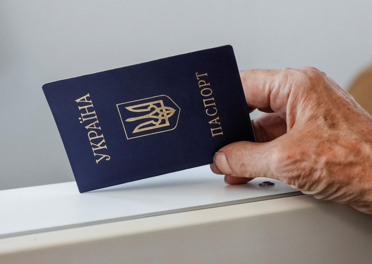 Старые паспорта-книжечки будут менять на пластиковые / REUTERS