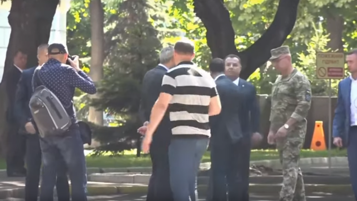 Инцидент произошел во время разговора Зеленского с Рябошапкой/ скриншот