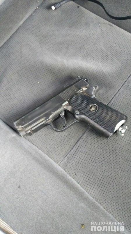 У задержанных обнаружили пистолет, биту и нож / фото ГУ НП в Житомирской области