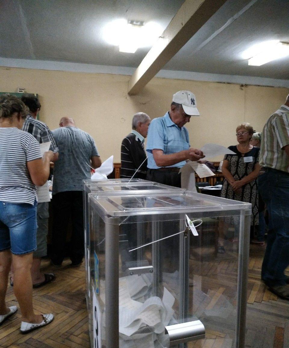 На участке не хватает трех кабинок для голосования и трех больших ящиков / фото ОПОРА