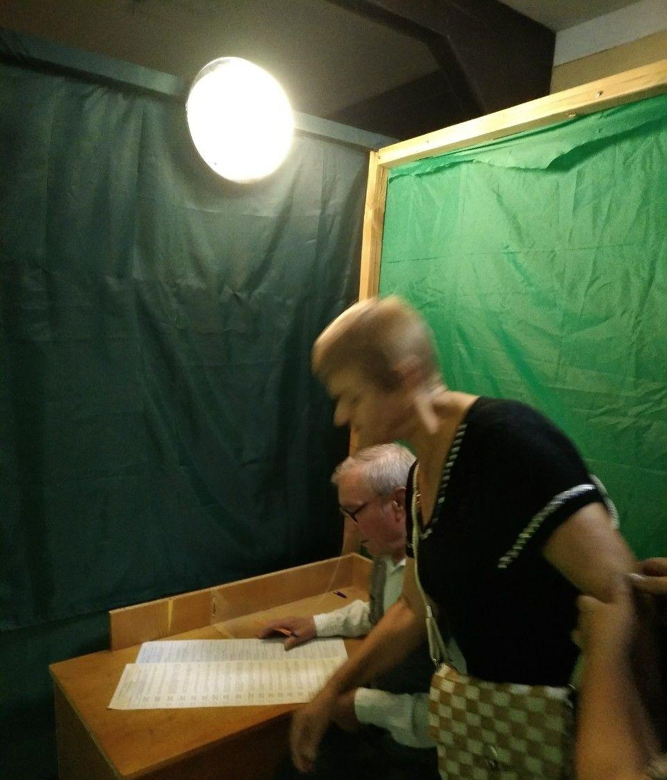 В одну кабинкусразу вдвоем зашли мужчина и женщина и проголосовали / фото ОПОРА