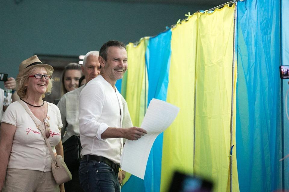 Вакарчук проголосовал на выборах Рады / фото: facebook/GolosZmin