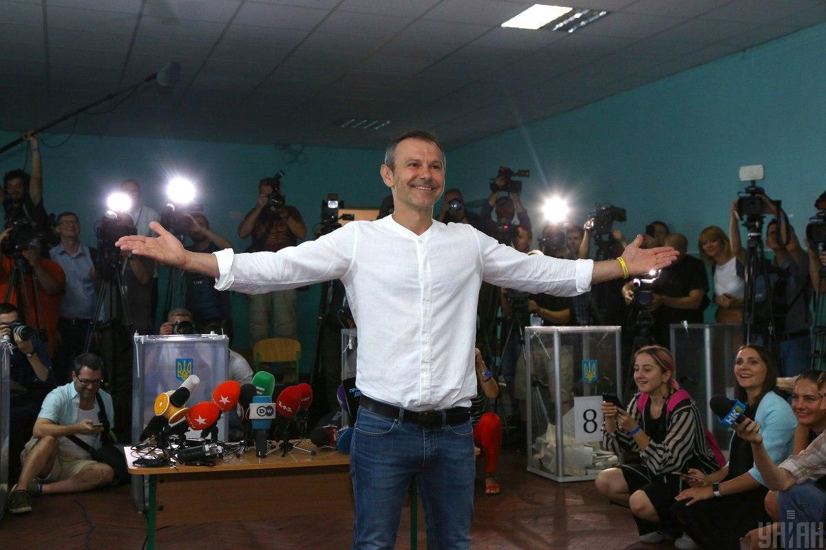 Святослав Вакарчук прийшов на дільницю у доброму гуморі / Фото УНІАН