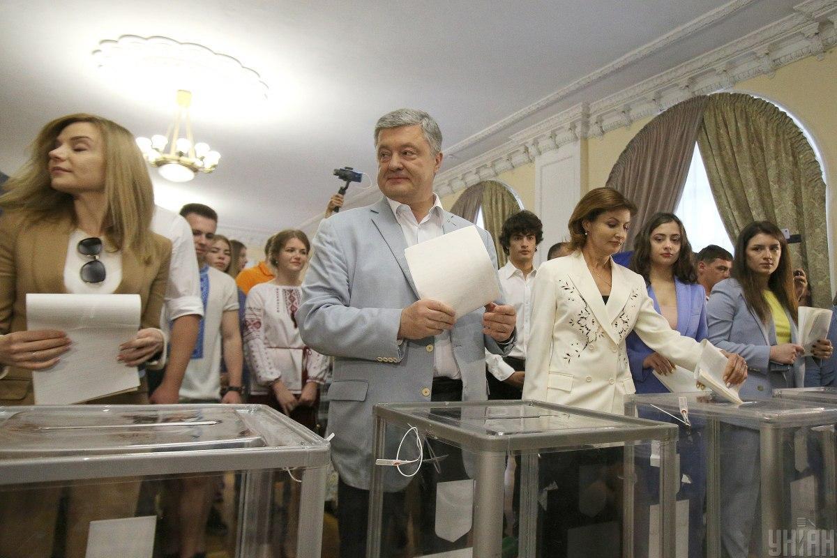 Петро Порошенко традиційно прийшов на вибори з усією родиною / Фото УНІАН