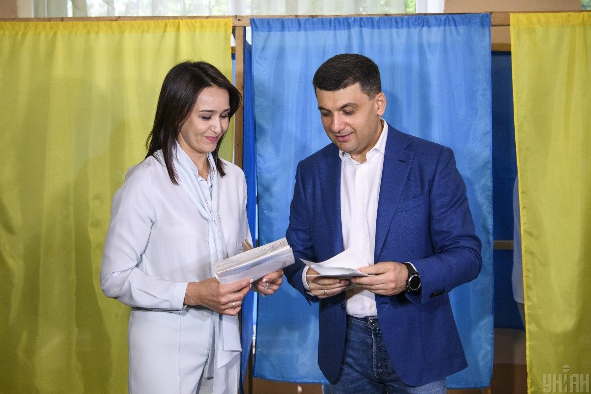 Володимир Гройсман разом з дружиною Оленою голосував у Вінниці / Фото УНІАН