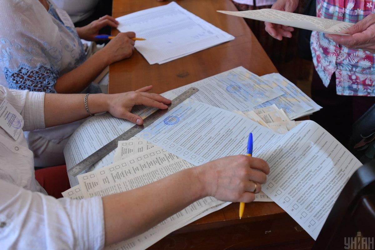 У Києві на двох виборчих дільницях члени ДВК підписали протоколи до завершення голосування / фото УНІАН