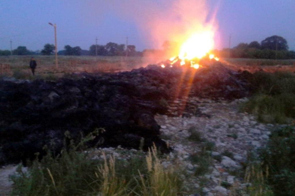 Вогнем знищено близько 5 тисячтюків соломи/ фото ГУ ДСНС у Дніпропетровській області