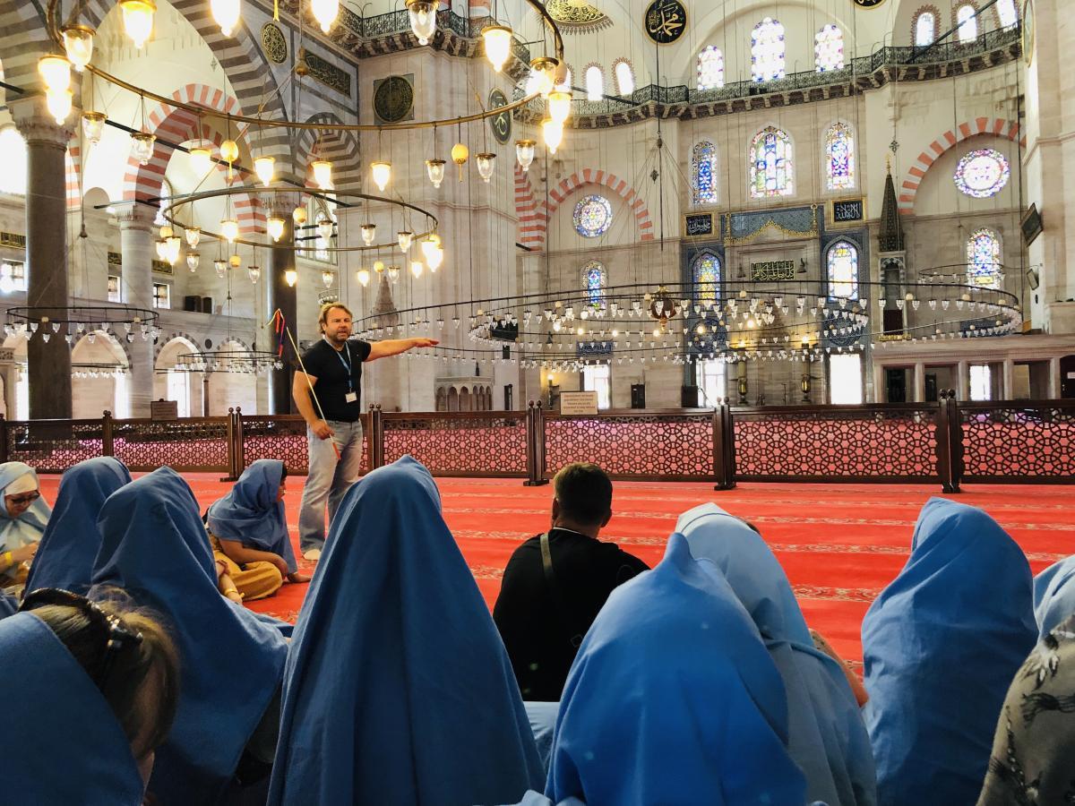 В мечети нужно соблюдать строгие правила / Фото Вероника Кордон