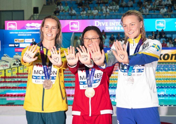 Спортсменки нанесли послание на ладони / фото: swimswam.com