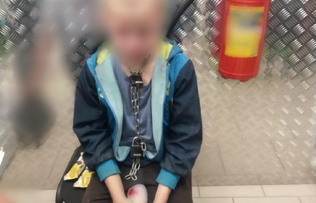 Дитину тримали на ланцюзі / фото прес-служби СУ СКР по Краснодарському краю