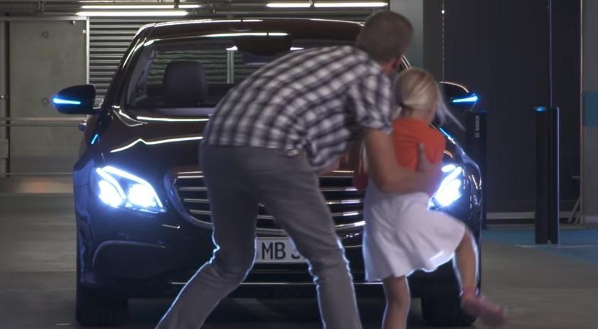 Німецькому безпілотному гаражу дали дозвіл на паркування машин без участі людини / Скріншот - Youtube,Mercedes-Benz