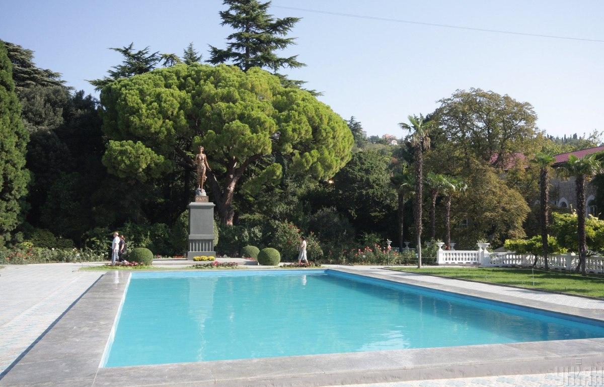 Памятник богине цветов Флоре на территории Никитского ботанического сада / фото УНИАН