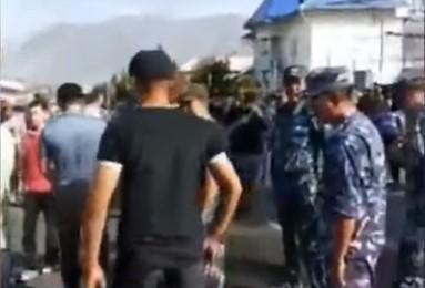 Двоє ворогуючих сіл не поділили нейтральну територію / скріншот відео ТСН
