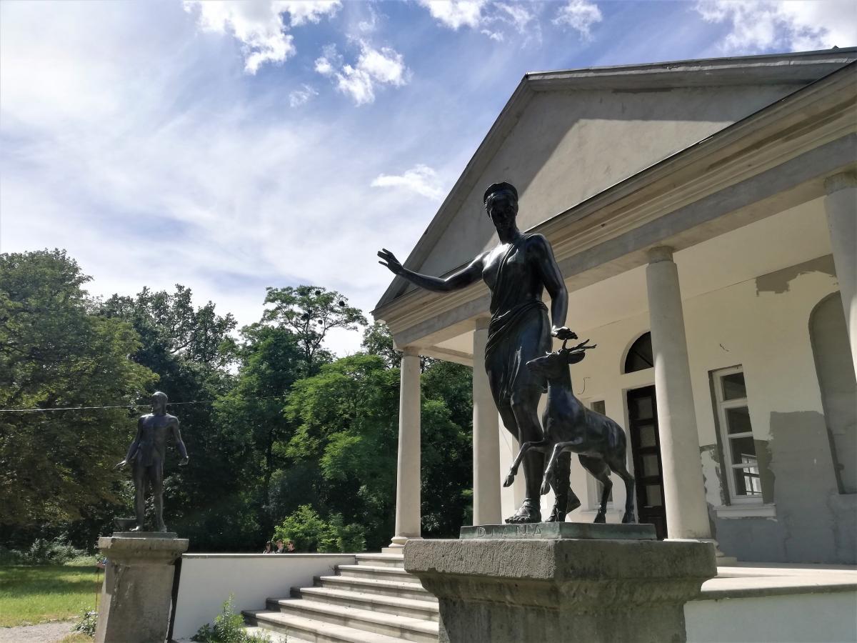 В парке сейчас отстраивают летний дворец Аустерия / Фото Марина Григоренко