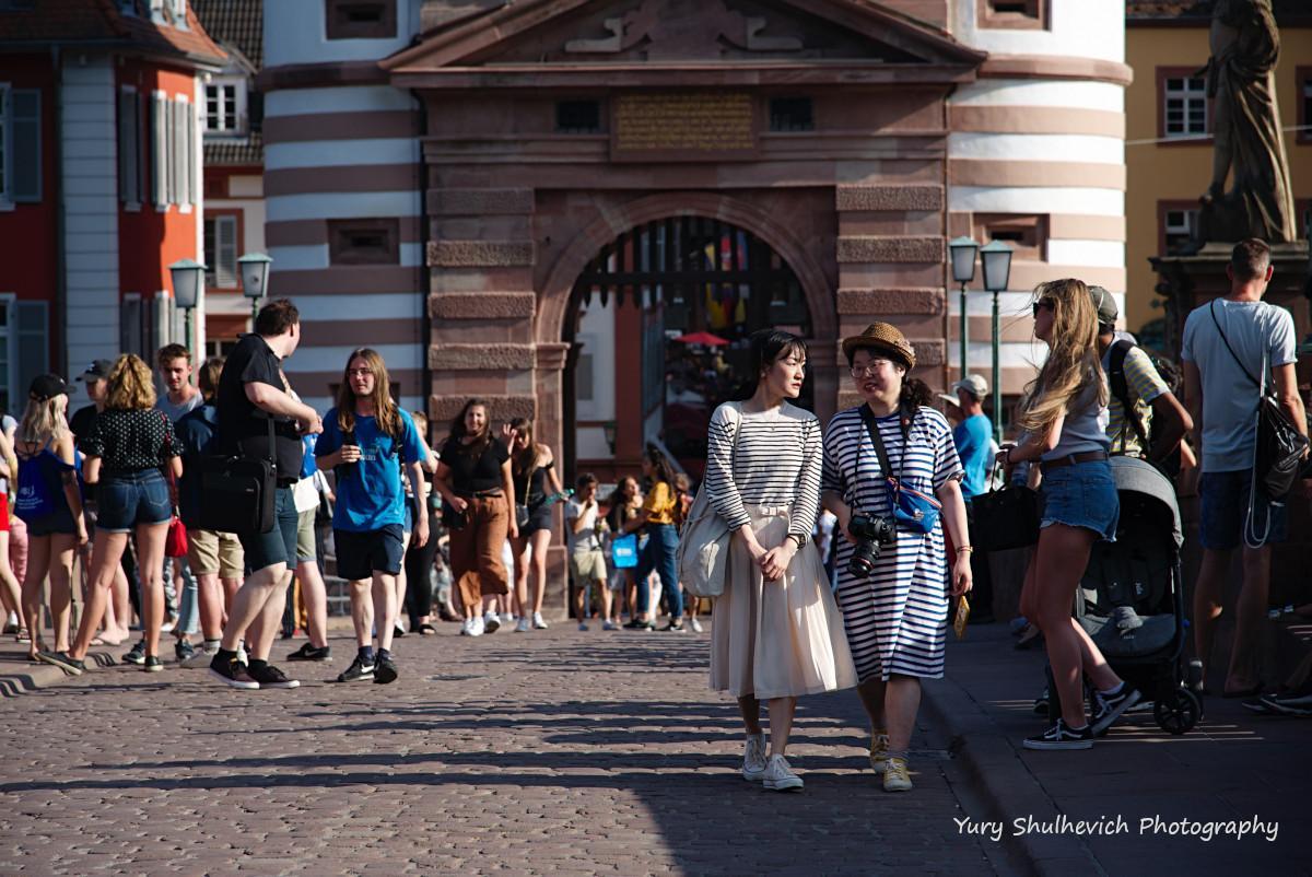 Туристи люблять гуляти Старим мостом / фото Yury Shulhevich